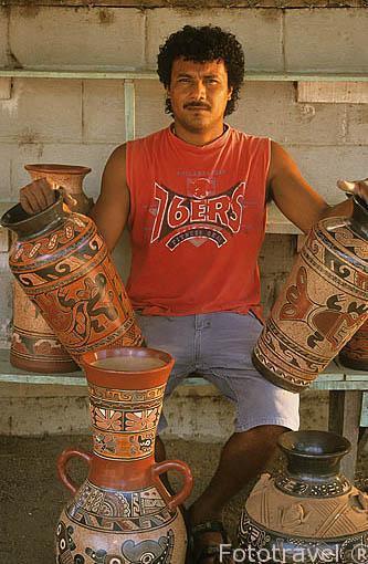 El señor Gerardo Campos con sus ceramicas en GUAYTIL. Guanacaste. Costa Rica. Centroamerica.