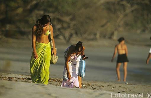 Buscando conchas en Playa Negra. GUANACASTE. Costa Rica. Centroamerica