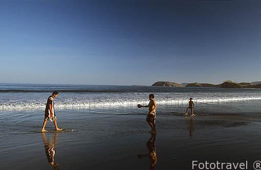 Jugando en playa Brasilito. GUANACASTE. Costa Rica. Centroamerica