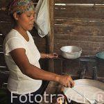 La Sra. Fidelia encargada de la cocina. Comunidad indigena Yorquin de habla Bri-Bri. Costa Caribe. Costa Rica