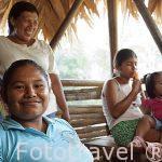 La Sra. Deisy descansando en hamaca. Comunidad indigena Yorquin de habla Bri-Bri. Costa Caribe. Costa Rica