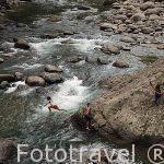 Chicos jugando en el rio Escui. Comunidad indigena Yorquin de habla Bri-Bri. Costa Caribe. Costa Rica