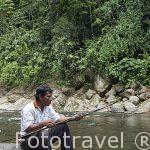 El Sr. Eliodoro es un habil pescador con arco. Rio Escui. Comunidad indigena Yorquin de habla Bri-Bri. Costa Caribe. Costa Rica