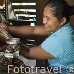 La Sra. Deisy moliendo el cacao puro para consumo de la comunidad indigena Yorquin de habla Bri-Bri. Costa Caribe. Costa Rica