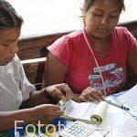 """Mujeres del proyecto """"Stibrawpa"""" o mujeres artesanas haciendo la contabilidad de su cooperativa. Comunidad indigena Yorquin de habla Bri-Bri. Costa Caribe. Costa Rica"""