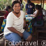 """La Sra. Bernarda Morales iniciadora del proyecto emprendedor """"Stibrawpa"""" o mujeres artesanas en 1993. Comunidad indigena Yorquin de habla Bri-Bri. Costa Caribe. Costa Rica"""