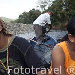 Chicos de la etnia Bri Bri. Comunidad indigena Yorquin navegando en una canoa sobre el rio Escui. Costa Caribe. Costa Rica