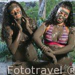 Chicas aplicandose barro volcánico. Spa de Simbiosis. Rincón de la Vieja. Guanacaste. COSTA RICA.