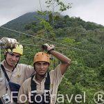 Dos guias instructores. Canopy con tirolina con vistas sobre el volcan Arenal. Empresa Ecoglide. La Fortuna. San Carlos. Costa Rica