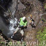 Chico bajando un barranco. Zona de La Fortuna. Empresa Pure Trek Canyoning. Costa Rica