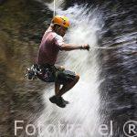 Bajando una cascada en la zona de La Fortuna. Empresa Pure Trek Canyoning. Costa Rica