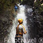 Monitor y aventureros bajando una cascada en la zona de La Fortuna. Empresa Pure Trek Canyoning. Costa Rica