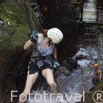 Chica bajando una cascada en la zona de La Fortuna. Empresa Pure Trek Canyoning. Costa Rica