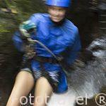 Chica descendiendo por una cascada en la zona de La Fortuna. Empresa Pure Trek Canyoning. Costa Rica