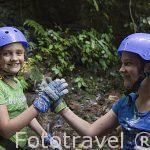 Jovenes despues de bajar un barranco. Zona de La Fortuna. Empresa Pure Trek Canyoning. Costa Rica