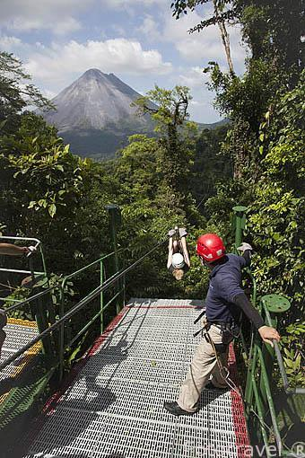 Tirolina y monitor frente al volcan Arenal. Empresa Sky Adventures. La Fortuna. Costa Rica