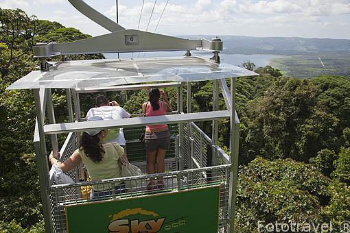 Telecable con vistas sobre el embalse de Tilaran / Arenal desde el teleferico de la empresa Sky Adventures. La Fortuna. Costa Rica