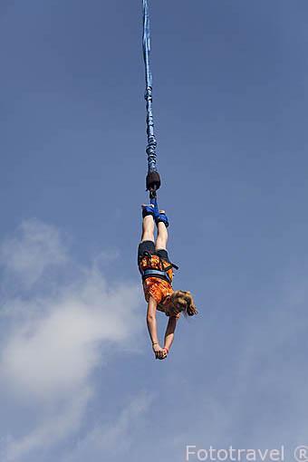 Salto bungee. Empresa Pacific Bungee. La Fortuna. Costa Rica