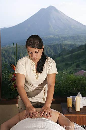 Masaje relajante frente al volcan Arenal. Hotel The Springs resort and Spa. Arenal. Costa Rica