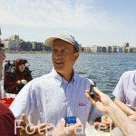 """El arqueologo submarino Franck Goddio explicando nuevos descubrimientos a periodistas en su barco """"Princess Duda"""". Anclado en la bahia puerto Este ALEJANDRIA. Egipto"""