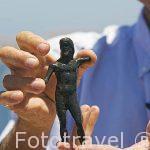 """Franck Goddio mostrando a Poseidon, pequeña pieza en bronce, de la primera época romana. Barco """"Princess Duda"""". Anclado en la bahia de puerto Este. ALEJANDRIA. Egipto"""
