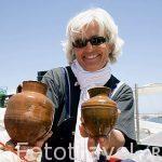"""Arqueologa Catherine Grataloup con piezas de ceramica de la primera epoca romana. Barco """"Princess Duda"""", y equipo de Franck Goddio, anclado en la bahia del puerto Este. ALEJANDRIA. Egipto"""