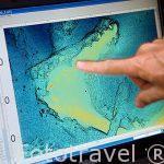 """El arqueologo submarino Franck Goddio mostrando un mapa de la bahia del puerto Este donde poco a poco fue sumergiendose la antigua ciudad. Barco """"Princess Duda"""". Bahia de puerto Este. ALEJANDRIA. Egipto"""