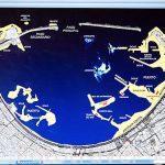 """El arqueologo submarino Franck Goddio mostrando un mapa de la bahia del puerto Este con los lugares en amarillo donde estaba antiguamente la ciudad. Barco """"Princess Duda"""". Bahia de puerto Este. ALEJANDRIA. Egipto"""