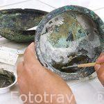 Restaurador aplicando un refuerzo de fibra de vidrio a un bol del periodo ptolomaico. Laboratorio de restauración. Equipo de Franck Goddio. ALEJANDRIA. Egipto