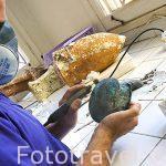 El restaurador Olivier Berger limando con un torno la superficie de un bol de bronce del periodo ptolomaico. Laboratorio de restauración. Equipo de Franck Goddio. ALEJANDRIA. Egipto