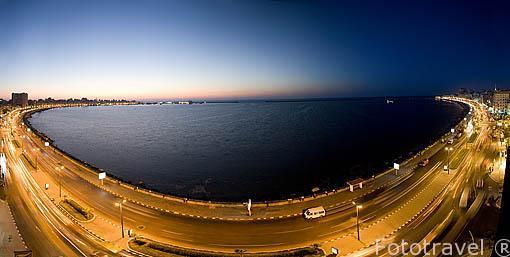 """La bahia puerto Este y la calle 26 de Julio. Al fondo derecha el barco """"Princess Duda"""" del arqueologo submarino Franck Goddio. ALEJANDRIA. Egipto"""