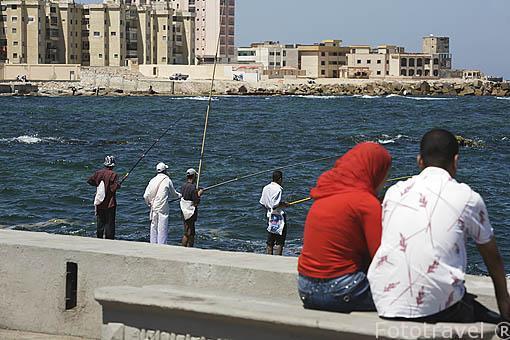 Pescadores y pareja en la zona de Ras El Tin. Ciudad de ALEJANDRIA. Egipto