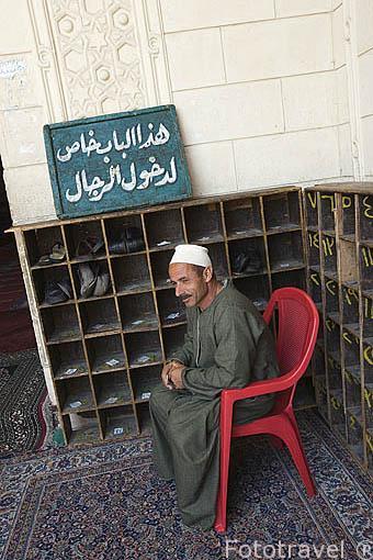 Persona encargada de custodiar los calzados a la entrada de la mezquita de Abu Al Abbas al-Mursi. ALEJANDRIA. Egipto