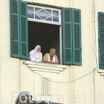 Vecinos en ventana de edificio. Calle de 26 de Julio. Ciudad de ALEJANDRIA. Egipto