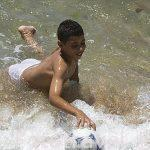 Chicos bañandose en la playa de Abu Keir. ALEJANDRIA. Egipto