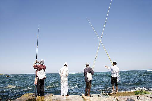 Pescadores en el rompeolas junto a la calle Ras Al Tin Palace. ALEJANDRIA. Egipto