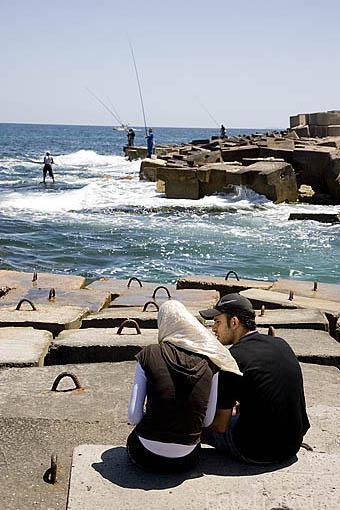 Pareja de religión musulmana cerca de la calle Ras Al Tin Palace, al fondo el fuerte Al Adda. ALEJANDRIA. Egipto