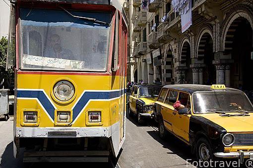 Tranvia circulando en la calle Mohammed Korayem. ALEJANDRIA. Egipto