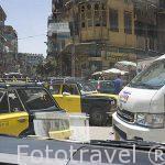 Trafico y peatones se curcan en las calles de la ciudad de ALEJANDRIA. Egipto