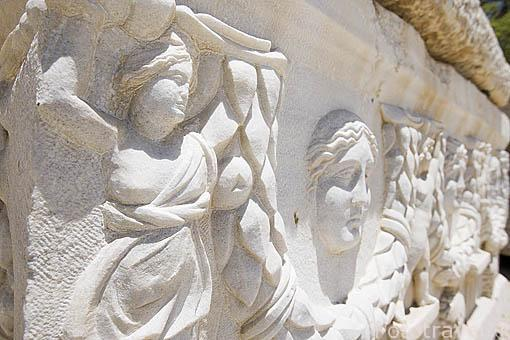 Detalle escultorico en un lateral de un sarcofago. Piezas situadas a la entrada de la catacumba de Kom al-Shuqafa. Ciudad de ALEJANDRIA. Egipto