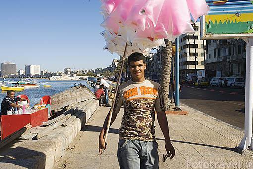 Vendedor ambulante en la calle 26 de Julio. Ciudad de ALEJANDRIA. Egipto