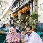 Pareja en la terraza Alcobezy de la calle 26 de Julio. ALEJANDRIA. Egipto