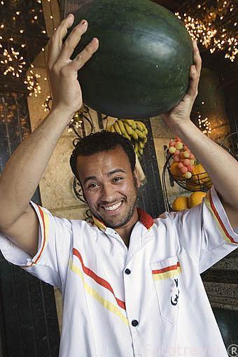 Joven cargando una sandia. Calle de 26 de Julio. Ciudad de ALEJANDRIA. Egipto