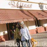 Jovenes junto a la cafeteria Delices. Ciudad de ALEJANDRIA. Egipto