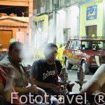 Chicos tomando narguile de te de manzana en el distrito de El Attarien. Ciudad de ALEJANDRIA. Egipto