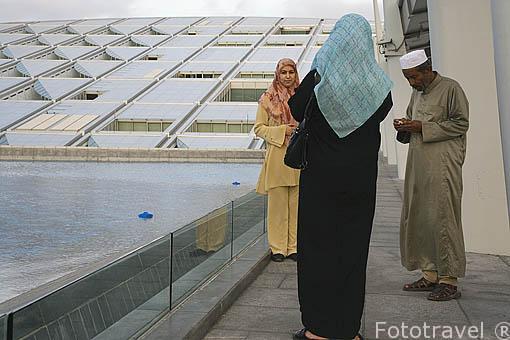 La moderna Biblioteca de la ciudad. Tiene previsto albergar más de 8.000.000 de libros. Terminada en el año 2000. Superficie de 36.770 mts cuadrados. Ciudad de ALEJANDRIA. Egipto