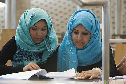Estudiantes de religion musulmana. Interior de la Biblioteca Alejandrina con una superficie de 36.770 mts cuadrados. Inaugurada en el año 2000. Ciudad de ALEJANDRIA. Egipto