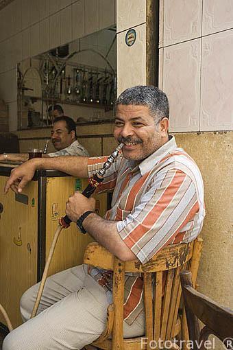 Un caballero fumandose un narguile en un cafe. Ciudad de ALEJANDRIA. Egipto