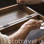 Jugando al backgamon en el interior de una teteria. Calle 26 de Julio. Distrito de El Attarien. Ciudad de ALEJANDRIA. Egipto