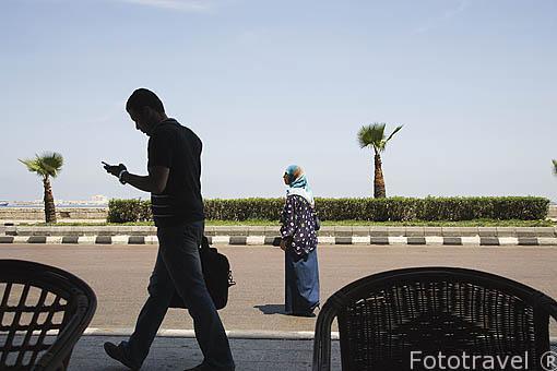 Calle 26 de Julio y gente paseando. Ciudad de ALEJANDRIA. Egipto
